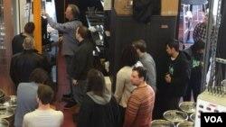 켄지 아카데미 학생들이 '스테디 서브'의 CEO 인 스티브 허쉬베르거 지도 아래 현장 투어를 하고 있다.