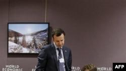 Президент РФ Дмитрий Медведев (справа) и помощник президента по экономическим вопросам Аркадий Дворкович на Всемирном экономическом форуме в Давосе. 26 января 2011 года