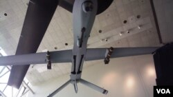 """华盛顿史密森国家航空航天博物馆展出的一架携带两枚导弹的""""掠食者""""无人机。(资料照)"""