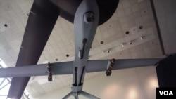 華盛頓史密森國家航空航天博物館展出的一架攜帶兩枚導彈的掠食者無人機。(資料圖片)