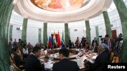 러시아 상트페테르부르크에서 5일 G20 정상회의가 시작된 가운데, 신흥경제국 정상들이 별도의 회담을 가졌다.