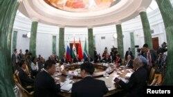Участники саммита «Большой двадцатки» собрались за общим столом в Стрельне под Санкт-Петербургом. 5 сентября 2013 г.