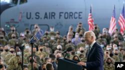 Presidenti Biden flet përpara ushtarakëve amerikanë në bazën ajrore RAF Mildenhall, Angli (9 qershor 2021)