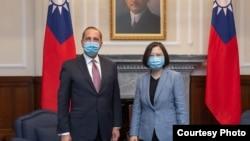 台灣總統蔡英文(右)2020年8月10日在總統府與來訪的美國衛生部長阿扎爾合影 (台灣總統府提供)
