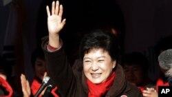 8일 선거 유세에서 지지를 당부하는 새누리당의 박근혜 후보