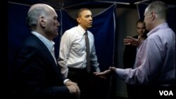 El presidente Obama discute en un aparte con sus asesores la situación en Libia.