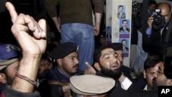 ممتاز قادری سکیورٹی اہلکاروں کی تحویل میں(فائل فوٹو)