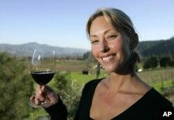 Loại rượu vang mà cô Jenny Turnbull cầm trên tay là loại Cabernet Sauvignon thượng hạng có giá hơn 600 đô la một chai