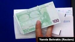 ARHIVA, ILUSTRACIJA - Novčanica od 100 evra (Foto: Reuters/Yannis Behrakis)