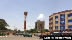 Une avenue principale à Ouagadougou, Burkina, le 7 mai 2019. (VOA/Lamine Traoré)