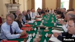 جرمی هانت وزیر خارجه بریتانیا و برخی از همکارانش در یک نشست کاری