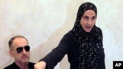 Zubeidat Tsarnaeva, mẹ của hai nghi phạm vụ đánh bom Boston, phát biểu tại một cuộc họp báo trong lúc người cha Anzor Tsarnaev lắng nghe.