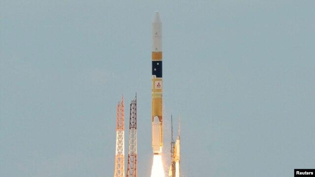 Roket H-2A yang mengangkut piranti satelit radar diluncurkan dari Pusat Peluncuran Pesawat Antariksa Tanegashima di Japanese baratdaya pulau Tanegashima, sekita 1,000km (621 miles) baratdaya Tokyo, 27 Januari 2013. (REUTERS/Kyodo)