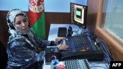 په افغانستان کې د ښځو د یو راډیو سټشن د سټوډیو تصویر