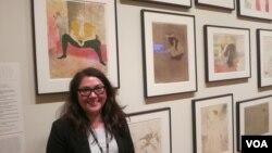 Куратор Сара Сузуки в одном из залов выставки