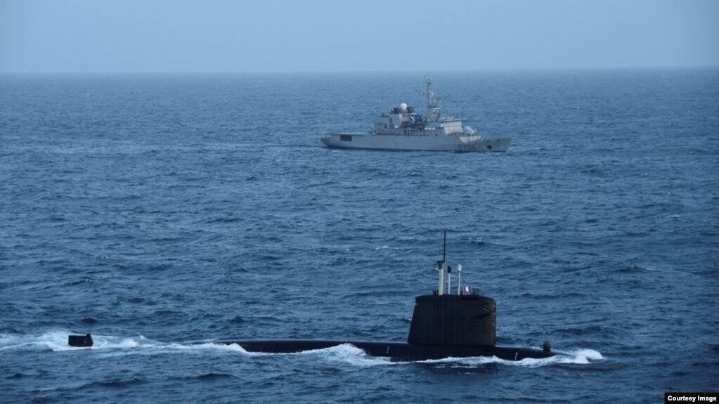 法国国防部长在推特上公布的照片显示法国核潜艇在一艘军舰支持下在南中国海巡逻。(photo:VOA)