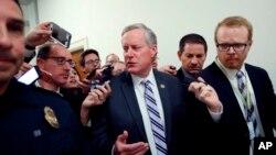 """Senador Republicano Mark Meadows, Habla con los medios en el Capitolio en Washington. Los líderes de la Cámara de Representantes retrasaron su votación prevista sobre un proyecto de ley que se había prometido durante mucho tiempo para derogar y reemplazar a """"Obamacare""""."""