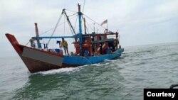 ဖမ္းမိတဲ့ တရားမ၀င္ငါးဖမ္းစက္ေလွ။ (ဓာတ္ပံု - Selangor Maritime - ၾသဂုတ္ ၁၂၊ ၂၀၂၀)