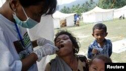 Dokter gigi di tempat penampungan untuk tuna wisma di desa Seloharjo. (Foto: Dok)