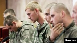Beberapa tentara Rusia yang ditangkap oleh Ukraina diperlihatkan kepada media dalam konferensi pers di Kyiv, Rabu (27/8).