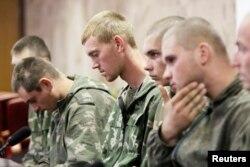 Một nhóm các binh sĩ Nga, những người bị chính quyền Ukraine bắt giữ, tham dự một cuộc họp báo ở Kyiv, 27/8/2014.
