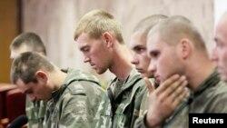 27일 우크라이나 국경을 침범한 러시아 군인들이 키예프에서 기자회견을 가지고 있다.