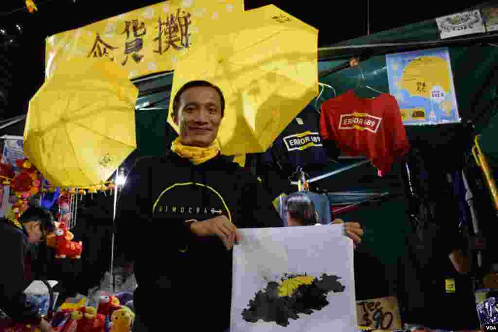 "Mr. Chen, who runs an umbrella store, hoped he could bring the spirit of the ""Umbrella Movement"" to the community at the Lunar New Years Eve market. (VOA / Tang Hui Yun)"