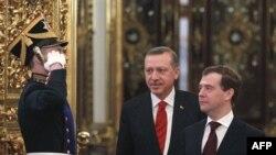 Праворуч: президент Росії Дмитро Медведєв та прем'єр-міністр Туреччини Реджеп Таїп Ердоган
