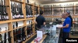 Senjata api dan aksesoris dipajang di toko senjata Gun City di Christchurch, Selandia Baru, 19 Maret 2019. Selandia Baru memperketat undang-undang senjatanya setelah penembakan massal di dua masjid di Christchurch.