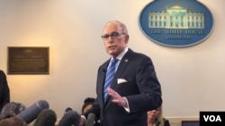 白宫首席经济顾问库德洛星期四早上在白宫回应美国之音记者问题