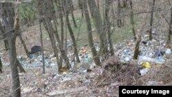 Otpad u šumi iznad rijeke Ljubine