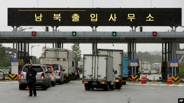 South Korean vehicles leave for South and North Korea's joint Kaesong Industrial Complex at the customs, immigration and quarantine office of the Inter-Korean Transit Office near the border village of Panmunjom, which has separated the two Koreas since the Korean War, in Paju, north of Seoul, South Korea, July 15, 2013.