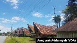 Rumah-rumah penduduk di Kecamatan Nainggolan, Pulau Samosir, Danau Toba, Sumatera Utara. (Foto: VOA/Anugerah Adriansyah)