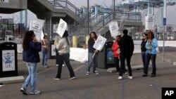 Công nhân biểu tình tại cảng Los Angeles, ngày 28/11/2012.