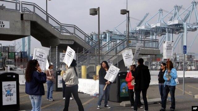 La huelga de los empleados administrativos se inició el pasado martes y la industria urge a que lleguen a un acuerdo.