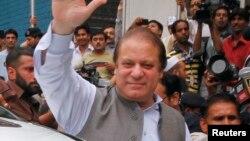 파키스탄 제1야당 파키스탄무슬림리그의 나와즈 샤리프 총재가 총선 투표 전 지지자들에게 인사하고 있다.
