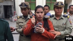 Ms. Tep Vanny, Beung Kok land rights activist, is escorted by police officers at the Appeal Court in Phnom Penh, on Thursday, November 17, 2016. (Kann Vicheika/VOA Khmer)
