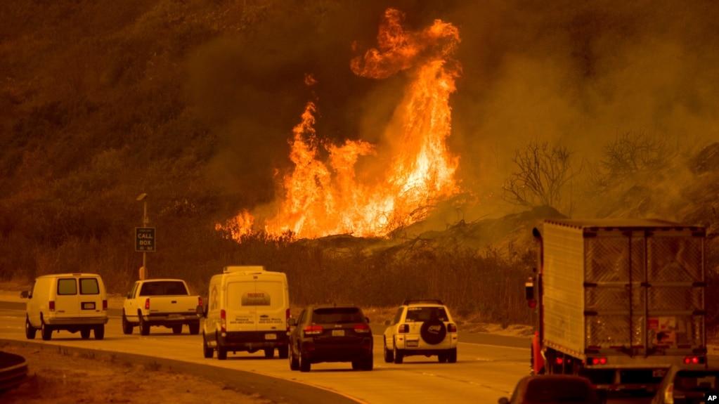 Những ngọn lửa từ một đám cháy bên trên những chiếc xe đang lưu thông trên Xa lộ 101 ở phía bắc thành phố Ventura, California, ngày 6 tháng 12, 2017