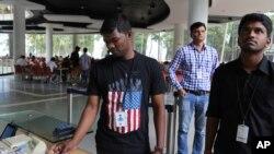 印度的技术公司印孚瑟斯(Infosys)的一名员工穿着带有美国国旗图案的衣服买饭票