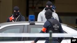 파리 테러 주모자 압데살람의 출두할 재판정 외부를 경비하는 벨기에 특수요원들 (자료사진)
