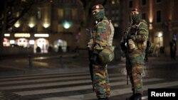 지난달 23일 벨기에 브뤼셀 중심가에서 경찰들이 파리 연쇄 테러 사건 용의자를 추적하고 있다. (자료사진)