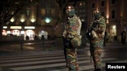 Soldados belgas patrullan las calles en el centro de Bruselas, mientras continúan los cierres y la alerta máxima.