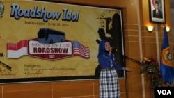 Salah seorang peserta 'Roadshow Idol' tengah beraksi membawakan sebuah lagu berbahasa Inggris di hadapan juri di Bangkalan, Madura, 20 Juni 2014 (Foto:VOA/Petrus)