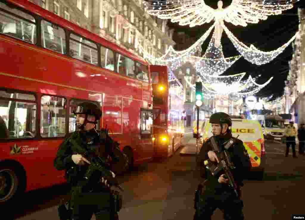 Londra'nın Oxford Caddesi'nde, silahlı polisler görüntülenmiş.