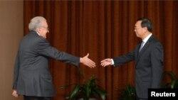 Лахдар Брахими и Ян Цзечи перед встречей в Пекине, Китай. 31 октября 2012 года