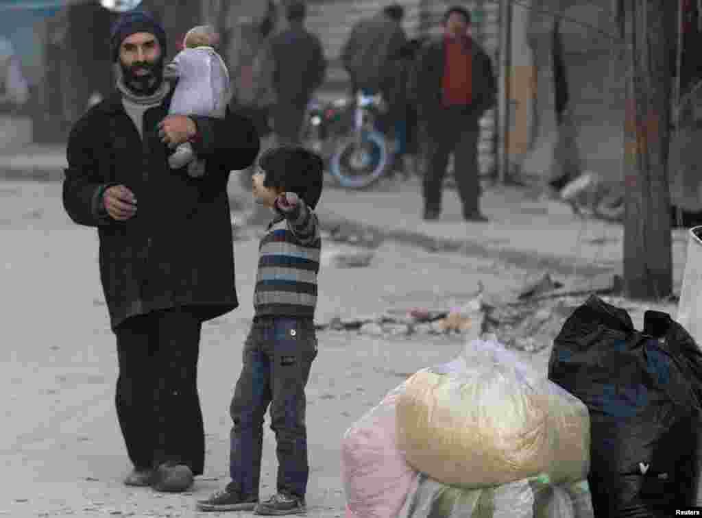 ایک اندازے کے مطابق باغیوں کے کنٹرول کے مشرقی حلب میں ابھی تک ڈھائی لاکھ افراد پھنسے ہوئے ہیں۔