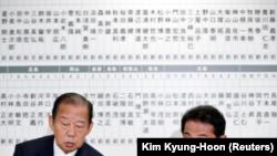 El jefe de política del Partido Liberal Democrático (PLD) japonés Fumio Kishida y el Secretario General Toshihiro Nikai (L) hablan después de las elecciones a la cámara baja de Japón en la sede del PLD en Tokio, Japón, el 22 de octubre de 2017.