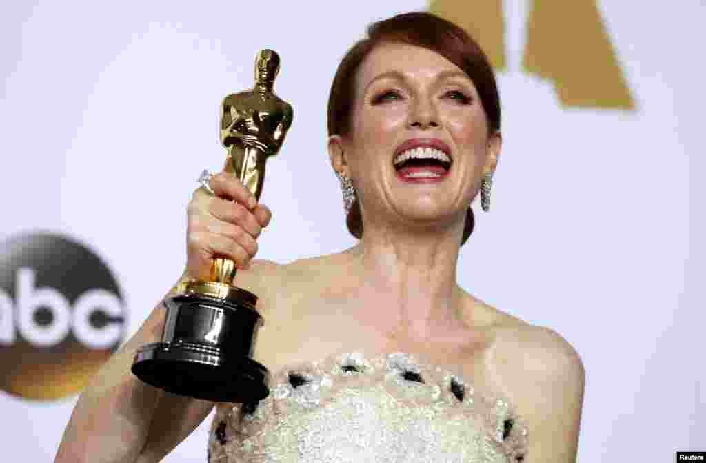 "Actress Julianne Moore poses with her Oscar for best actress for her role in ""Still Alice"" the 87th Academy Awards in Hollywood, California, Feb. 22, 2015."