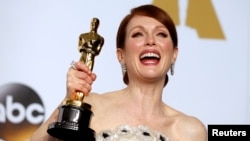 "Aktris Julianne Moore berpose dengan Oscar yang ia menangkan sebagai aktris terbaik dalam perannya di ""Still Alice"" pada Academy Awards ke-87 di Hollywood, California, 22 Februari 2015."