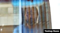 마크 리퍼트 주한 미국대사를 습격해 구속된 김기종 씨가 지난 3월 현장검증을 위해 서울 세종문화회관에 도착했으나 거부 의사를 밝힌 뒤 차에서 내리지 않고 돌아가고 있다. (자료사진)